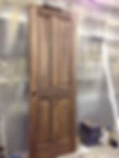 エイジング加工を施した木製ドア