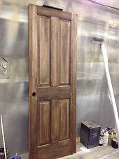 Mamanの家のオプションで選択可能なエイジング加工を施した木製ドアは、Mamanの家の温かみをより一層引き立てます。