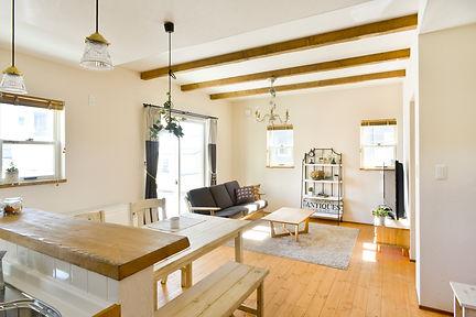 Mamanの家の内観の参考写真です。カフェスタイルやカントリー風の家具がマッチする仕様です。