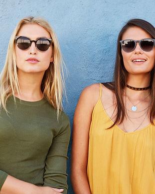 Mulheres vestindo óculos de sol