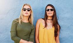 Femmes portant des lunettes de soleil