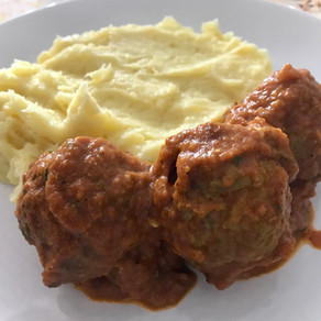 garlic mash & meatballs in spicy curry sauce