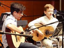 Jugendliches Gitarrenduett
