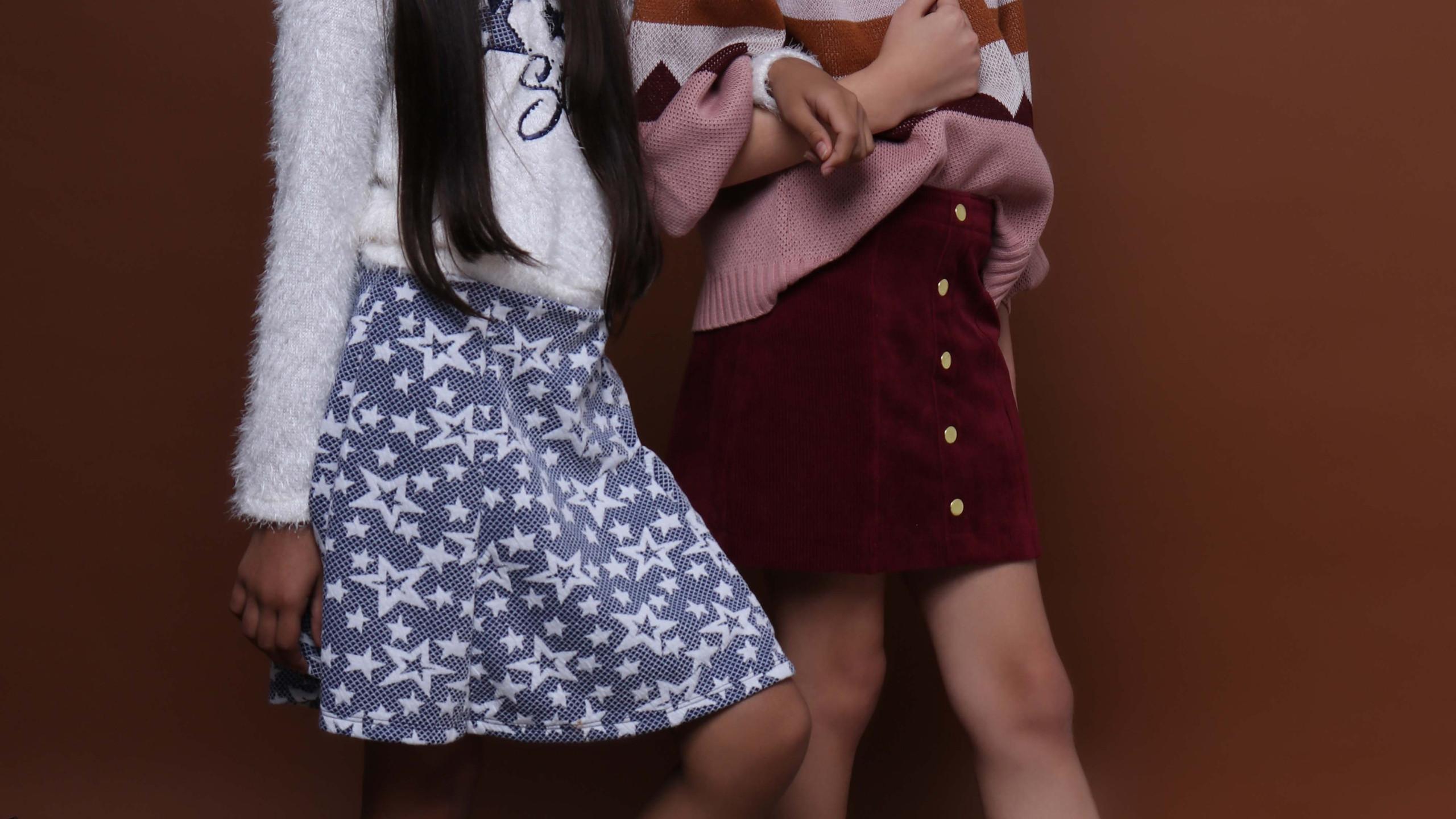 Da esquerda para a direita: Modelo 1: Touca: acervo, Blusa e saia: Petit Cherrie, Tênis: Bibi. Modelo 2: Blusa: Edamami, Saia: Color Girl, Meia, Cantarola (acervo) e Tênis: Converse.