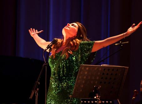 Com casa cheia, Nádia Figueiredo é ovacionada em Portugal no show de seu primeiro CD, 'Meu Idioma É