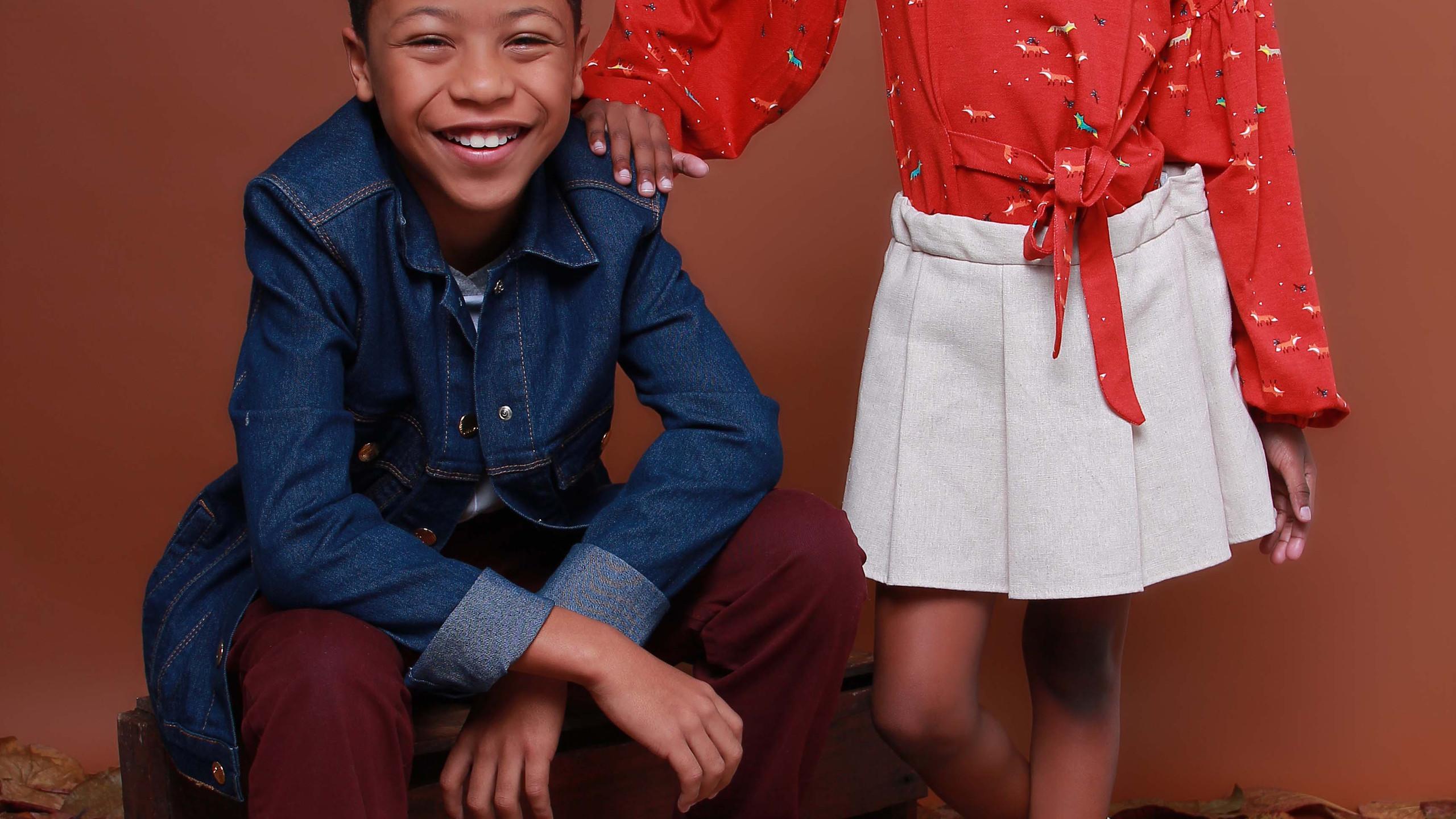 Menina veste: Tiara: acervo, Blusa e Saia: Camu Camu, Tênis: Bibi. Menino veste: Blazer: Amapô Jeans (acervo), Blusa: Gijo, Tênis: Converse, Calça: Okyside e Meia: Cantarola (acervo).