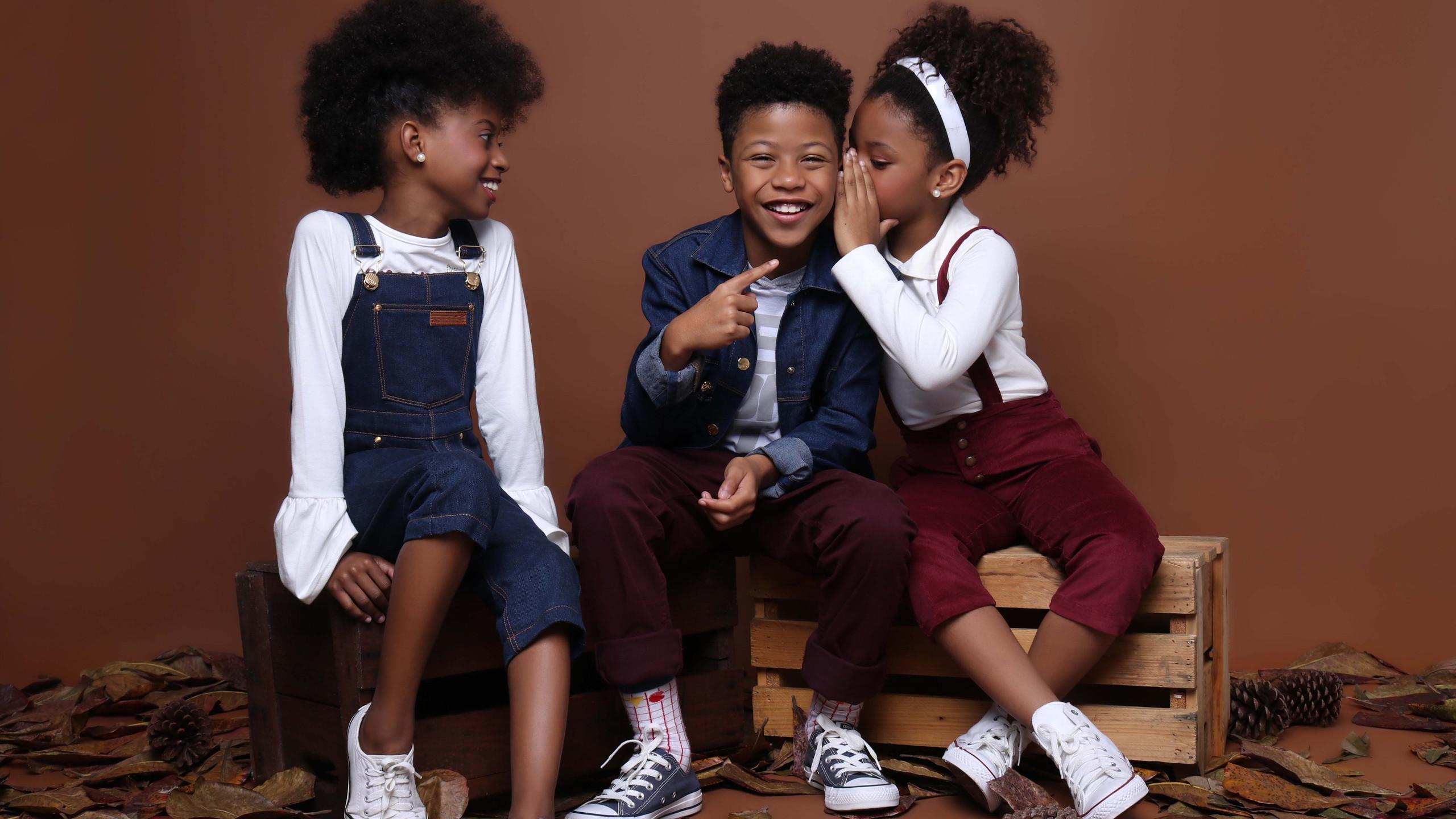Da direita para a esquerda: Modelo 1: Blusa: Color Girl, Tênis: Converse e Jardineira: Amapô. Modelo 2: Blazer: Amapô Jeans (acervo), Blusa : Gijo, Tênis: Converse, Calça: Okyside e Meia: Cantarola  Modelo 3: Blusa: Color Girl, Calça com suspensório: Edamami, Tênis: Converse e Tiara: acervo.