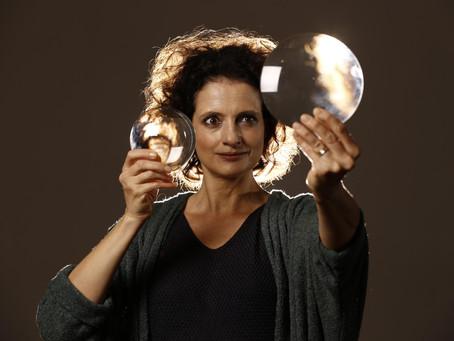 Denise Fraga se apresenta na plataforma #CulturaEmCasa com o monólogo Galileu e eu - a arte da dúvid
