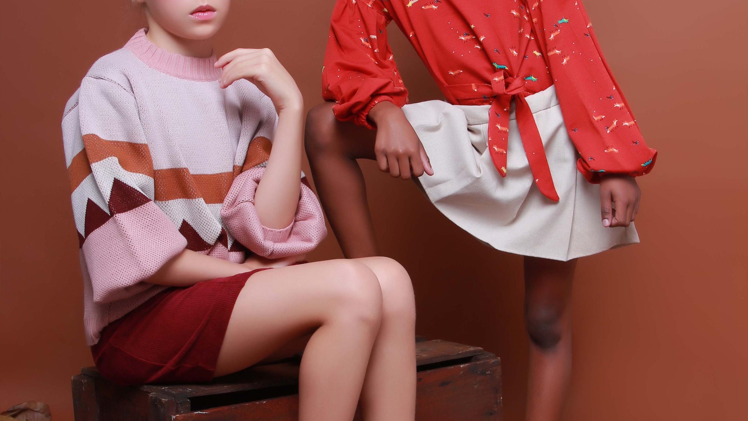 Da esquerda para a direita: Modelo 1 veste: Blusa: Edamami, Saia: Color Girl, Meia: Cantarola (acervo) e Tênis: Converse. Modelo 2 veste: Blusa: Tiara: acervo, Blusa e Saia: Camu Camu e Tênis: Bibi.