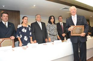 El Consejo Directivo de la AHCM, entregó reconocimientos