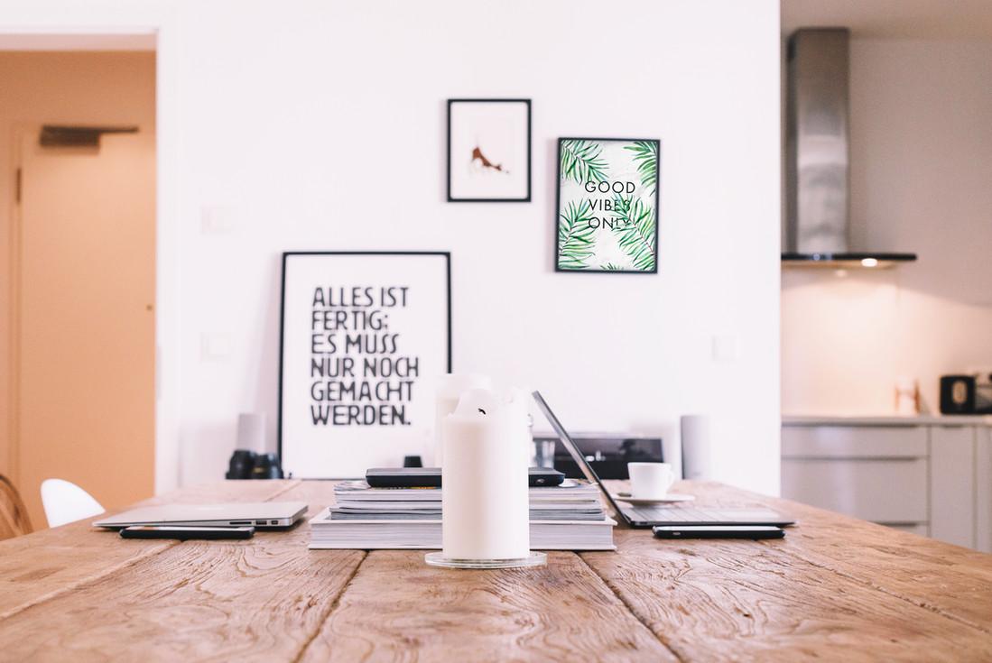 Affiches sur le mur