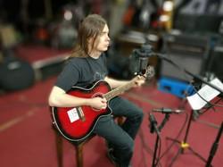 Keskittynyt kitaristi