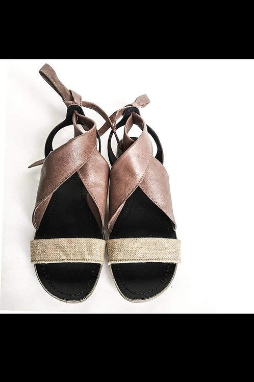 Sandalo in cuoio con dettagli in lino