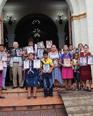con fotos frente a iglesia V&V.jpg