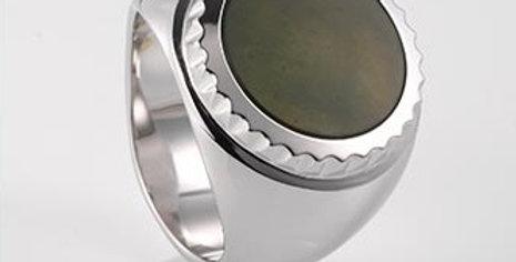 handgefertigter Herrenring /750 Weissgold, polierter, grüner Chalcedon