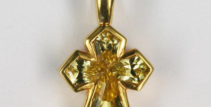 """Anhänger /750 Gelbgold """"Kreuz"""" 4 geschliffene gelbe Safire 0.65 ct."""
