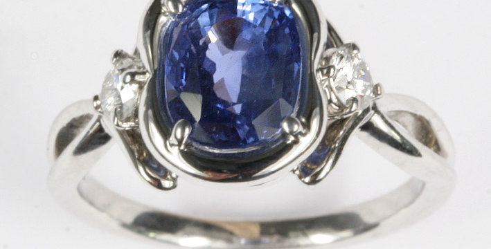 "Damenring ""Barock-Ring"" 750/ Weissgold, 1 fac. Safir Kissen Ceylon 2,78 ct. 2 Br"