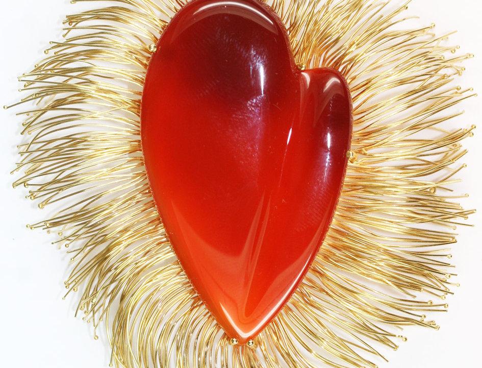 """Brosche """"Hearts of Flame"""" 750/ Gelbgold, 1 Karneol stilisiertes Herz 80x90 mm in"""