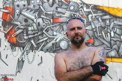 Il consumismo ci consuma: il murale di Mrfijodor è un'eloquente critica alle storture generate dall'uomo