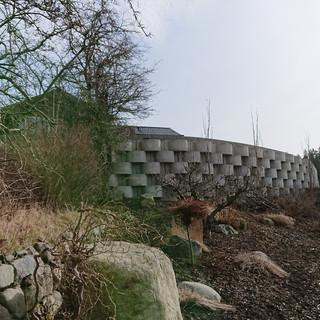 Her ble det plass til en hage med god utsikt, istedet for en lang skråning. Arealeffektiv