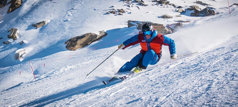 Eine perfekt geschnittene Kurve beim Skifahren