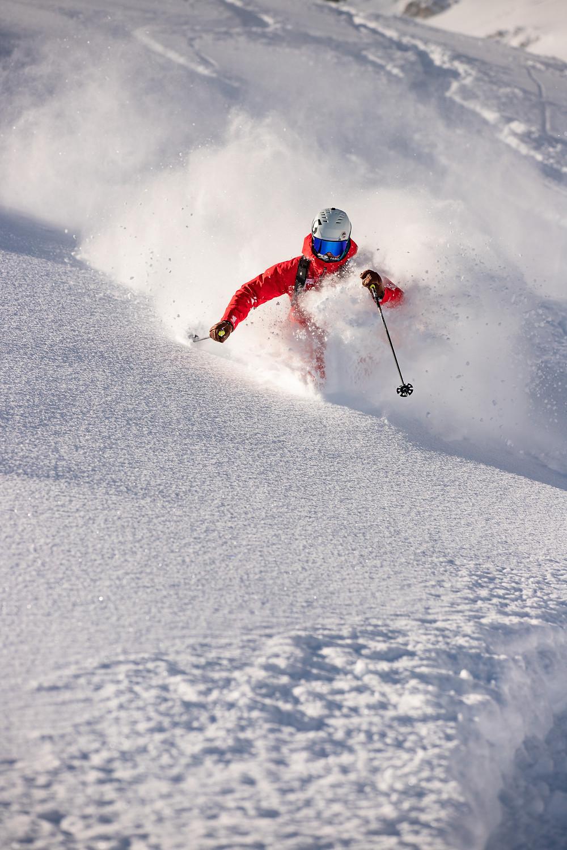 Deep snow skiing or powder skiing in short turns