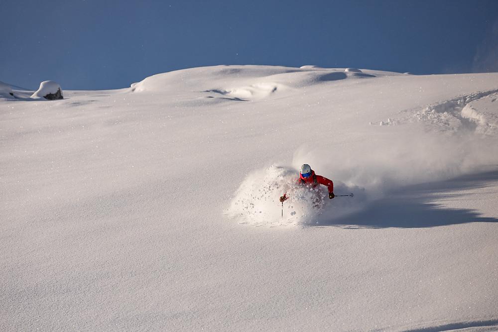Unverspurte Hänge zu bewältigen ist auch heute noch das große Ziel vieler Skifahrer. Grundlage dafür ist eine gute Technik in langen und kurzen Radien