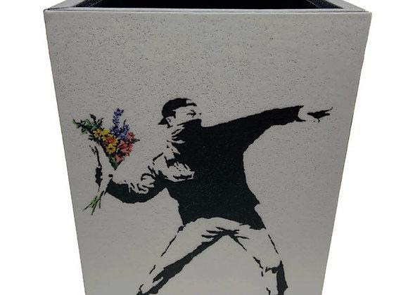 Porta Lápis Banksy Jogando Flores