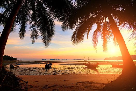 por-do-sol-sobre-a-praia-tropical-com-co