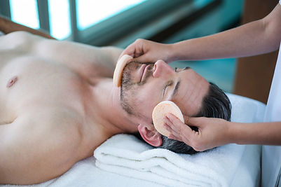 homme-recevant-massage-du-visage-masseur