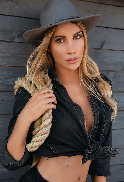 Délia-cowgirl-chapeau-corde.jpg