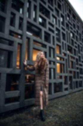 Klaudia-architecture-manteau-fourrure.jp
