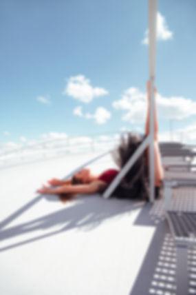 Pauline-allongée-sur-le-toit-blanc.jpg