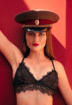 Arina-fond-bordeau-chapeau-ex-urss.jpg