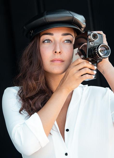 Melissa-Luchino-béret-caméra-fond-noir.j
