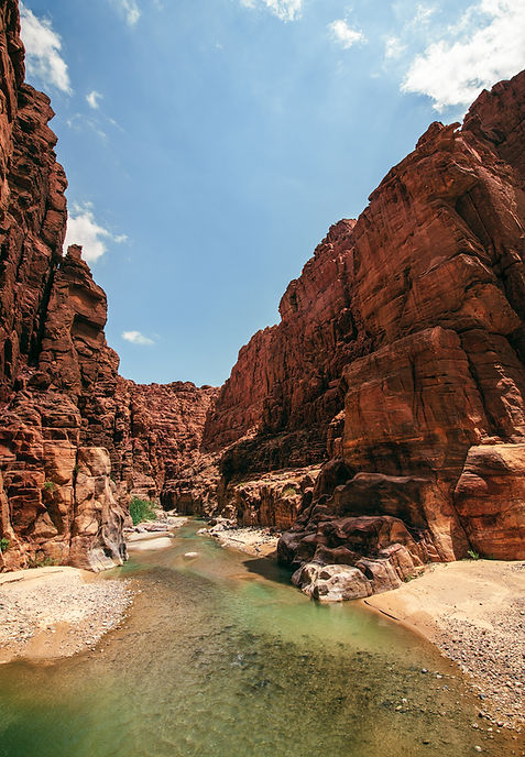 Canyon-entrée-avec-de-l'eau-fermé-inonda