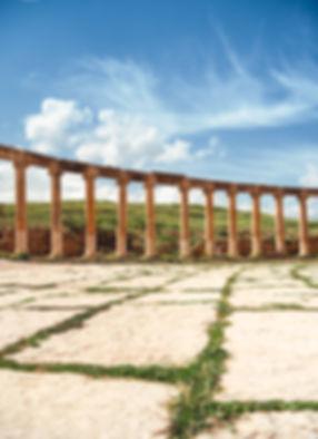 colones-grecques-herbes-parterre-jordani