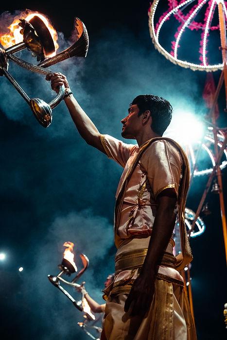 Varanasi-cérémonie-flammes.jpg