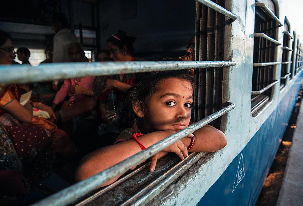 Petite-indienne-train-barreaux.jpg