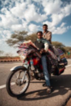 Indiens-moto-plein-de-tapis.jpg