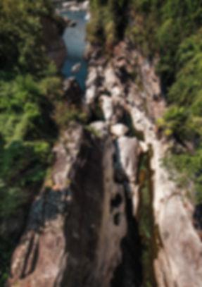 Tessin-vue-aérienne-sur-les-rochers-et-l