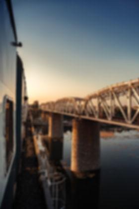 Train-Inde-vue-sur-le-pont-eau-extérieur