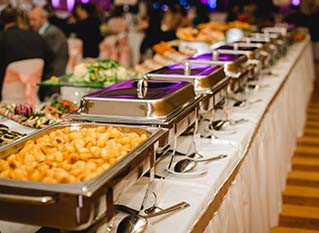 4 Advantages of Catered Food Rather Than Restaurant Food at Your Event