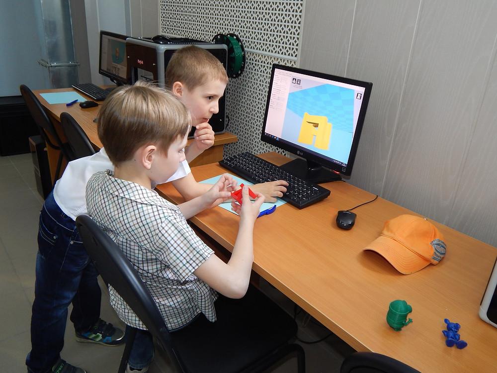 Ребята изучают 3д принтер в ЦМИТ