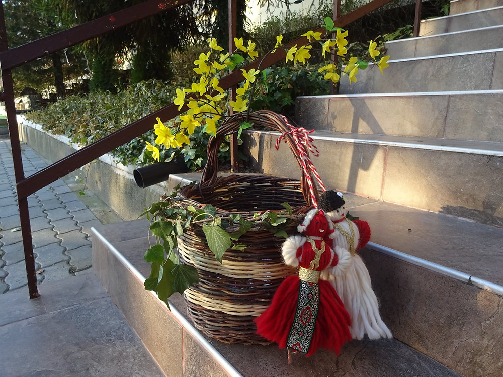 """Днес, 1.март.2021 г., при нас в """"Самаряни"""" е празнично! Изпълнени сме с благодарност и радост от доброто, което сътвориха деца, родители, учители от Детска градина """"Светлина"""", както и дарители, доброволци и съмишленици.  В началото на м. февруари, една прекрасна самарянска доброволка - Нели Иванова, дари изработени с много любов и търпение прекрасни мартенички. Нейното огромно желание беше с тях да подкрепи каузите на Сдружение """"Самаряни"""" - """"Детството не бива да боли!"""" и """"Любовта не бива да боли!"""", както и да създаде възможност за арт-ателие, вкоето да участват децата и жените отКризисен център """"Самарянска къща"""".     Ден, след този жест, стартирахме дарителска инициатива, в която всеки можеше да посети самарянския ни офис, за да си харесате мартеничка/и за себе си или за подаръци, и така да участва в дарителската инициатива, която подкрепя деца и жени, пострадали от насилие от Кризисен център """"Самарянска къща"""".   Първи с нас се свързаха екипът на Детска градина """"Светлина"""", които пожелаха да участват и да подкрепят инициативата, като я популяризират и поканят в нея да се включат родителите на децата от детската градина. Този пореден жест на добротворство ни припомни една известна българска песен...: """"Ако до всяко добро същество, застане поне още едно..."""" Така се и случи... до екипа на """"Светлина"""" застанаха индивидуални и корпоративни дарители, в лицето на Медицинска клиника, пожелала анонимност, Дентален център """"Мега Дент"""", доброволецът - Марина Димитрова, дарила ново количество мартенички, старозагорци, които за пореден път подадоха ръка на детството, в което вместо насилие има смях, радост, нови знания, позитивни преживявания,...!  И така това добро привлече 741,90 лв , от които 479,60 - от Детска градина """"Светлина""""!  Вече разбирате защо днес ни е до песен..., знаем, че все повече хора разбират усилията ни като екип на Сдружение """"Самаряни"""" в подкрепа на детството и застават до нас, за да създадем заедно нови възможност за справяне с насилието. А думите на песента са"""