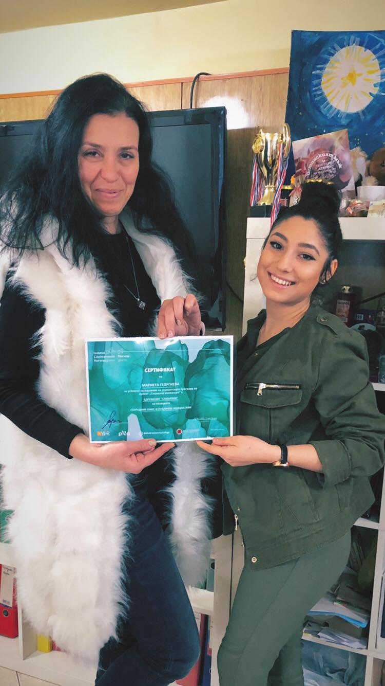 """В края на м. Януари 2021 г., Пепа и Мариета, получиха своите сертификати и препоръки от Сдружение """"Самаряни"""" за успешната обучителна практика, която двете момичета преминаха от м. Октомври до м. Декември, 2020 г.  Стажът, който ги доведе в """"Самаряни"""" се реализира благодарение на програма """"Социални иноватори"""", по проект, финансиран от Исландия, Лихтенщайн и Норвегия чрез Фонда за младежка заетост на Европейското  икономическо пространство (ЕИП) и Норвежкия финансов механизъм. За България проектът се координира от Сдружение """"Национална школа по мениджмънт"""", с административната подкрепа на """"Български център за нестопанско право"""".   Как попаднаха стажантитие при нас в """"Самаряни""""? Мариета е на 19 години, токущо завършила своето средно образование и разбрала за програмата """"Социални иноватори"""" тя решава да се впусне в нещо ново за нея, което може да я ориентира и в бъдещото й кариерно развитие - а именно, да се потопи в света на неправителствения сектор, един напълно непознат за нея свят. Нейният стаж протече в рамките на направлението """"Офис и публични инициативи"""" в Сдружение """"Самаряни"""", където тя се обучава като """"Сътрудник офис и публични инициативи"""". Пепа е студентка в трети курс по специалност """"Социална педагогика"""" в Тракийски университет, гр. Стара Загора. Научила за програмата """"Социални иноватори"""" тя се включи като """"Сътрудник социални дейности"""". В рамките на три месеца момичетата се запознаха с историята, структурата, мисията и визията, както и с услугите, предоставяни от Сдружение """"Самаряни"""". Разбараха каква е ролята на гражданското общество, какво е доброволчество, как се организират и реализират публични дейности и инициативи. Запознаваха с нормативната рамка, в чийто контекст работи Сдружение """"Самаряни"""". Осъзнаха важността на публичния облик на една неправителствена организация. Премихана през въвеждащо обучени за домашното насилие, запознаха се с дейността и работата по случай в Кризисен център """"Самарянска къща"""", както и активно се включиха в информационната камп"""