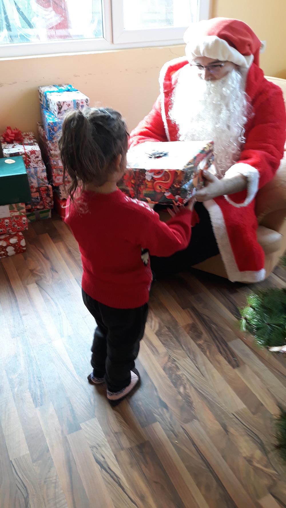 Дядо Коледа, който щедро подари на всяко дете голям  подарък.