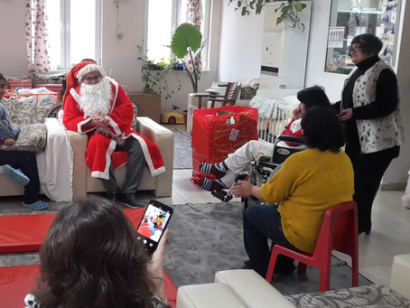 """""""Бабите"""" поканиха Дядо Коледа при своите внучета и техните приятели"""