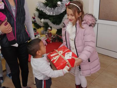 Подаръци зарадваха децата в две детски болнични отделения