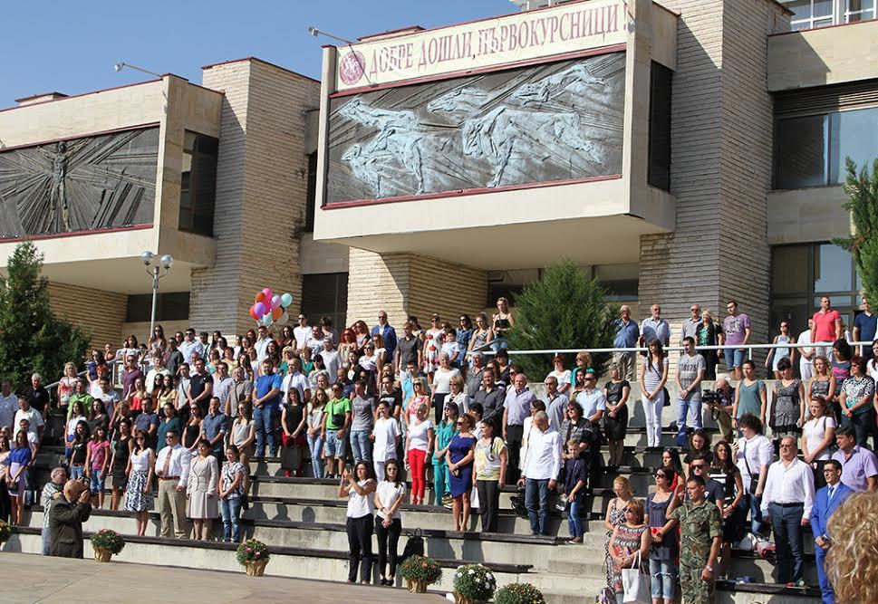 """На 13.09.2021 г., Тракийският университет откри официално новата академична година. Този ден е и специален повод за празник и за две момичета и две момчета от """"Наблюдавано жилище"""" - Стара Загора, които от този момент са част от първокурсниците!  Младите хора избраха да учат в направления, в които ясно проличава тяхното желание в бъдеще като специалисти да подкрепят, помагат и се грижат за други лица, попаднали в житейска криза или необходимост от подкрепящо обучение. Двама от студентитие ще се обучат в специлаността """"Социални дейности"""", едно момиче ще учи - """"Социална педагогика"""", а едно от момчетата - """" Медицинска рехабилитация и ерготерапия"""".  Целият екип на Сдружение """"Самаряни"""" пожелаваме на нашите студенти от """"Наблюдавано жилище"""" успешна учебна година като вярваме, че те ще преминат през всяко предизивикателство и след края на своето образование ще продължим да се срещаме вече като колеги и хора, носещи в сърцата си социалната сфера.  * * * """"Наблюдавано жилище"""" - Стара Загора Наблюдавано  жилище (НЖ) е форма на социални услуги за оказване на професионална  подкрепа и консултиране на лица, навършили 18 години, които напускат  специализирана институция, преходно жилище или защитено жилище и им  предстои да водят независим начин на живот, както и с цел превенция на  настаняването им в специализирана институция. Услугата може да бъде  насочена и към млади хора от общността, попаднали в рискова житейска  ситуация и/или състояние на бедност, неподкрепени от страна на своето  семейство и/или близките си. Мисията на услугата е да се повиши  социалната адаптация на тези млади хора, чрез осигуряване на адекватна  подкрепа и професионална помощ за подобряване уменията им за социално  включване. Услугата е фокусирана върху следните задачи: - да  се оказва активна и системна помощ за подобряване на уменията за  самостоятелен/независим живот на младите хора и възможностите им за  справяне/преодоляване на трудностите, които срещат след напускането на  институцията, както и за т"""